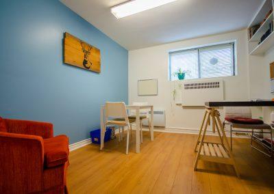 Bureau mur bleu et fauteuil orange de la clinique Myriam Gagnon