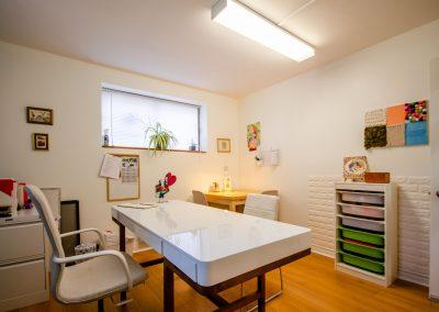 Bureau blanc de la Clinique d'orthopédagogie Myriam Gagnon située à Montréal