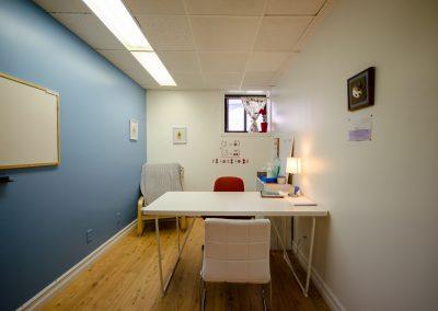 Bureau mur bleu Clinique d'orthopédagogie Myriam Gagnon située à Montréal