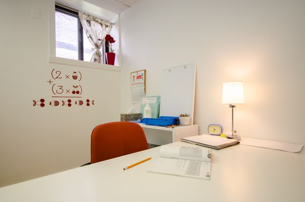 Bureau blanc Clinique d'orthopédagogie de Myriam Gagnon