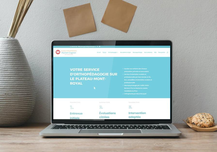 Ordinateur portable sur un bureau, site internet de la clinique Myriam Gagnon à Montréal