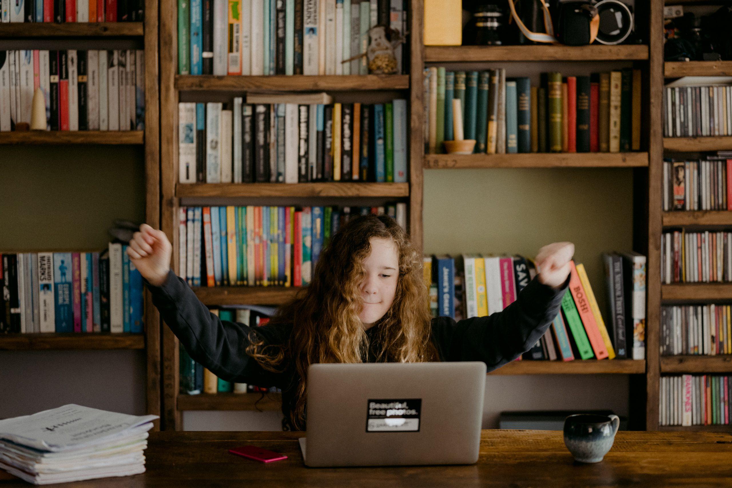 Enfant travaillant sur ordinateur depuis la maison