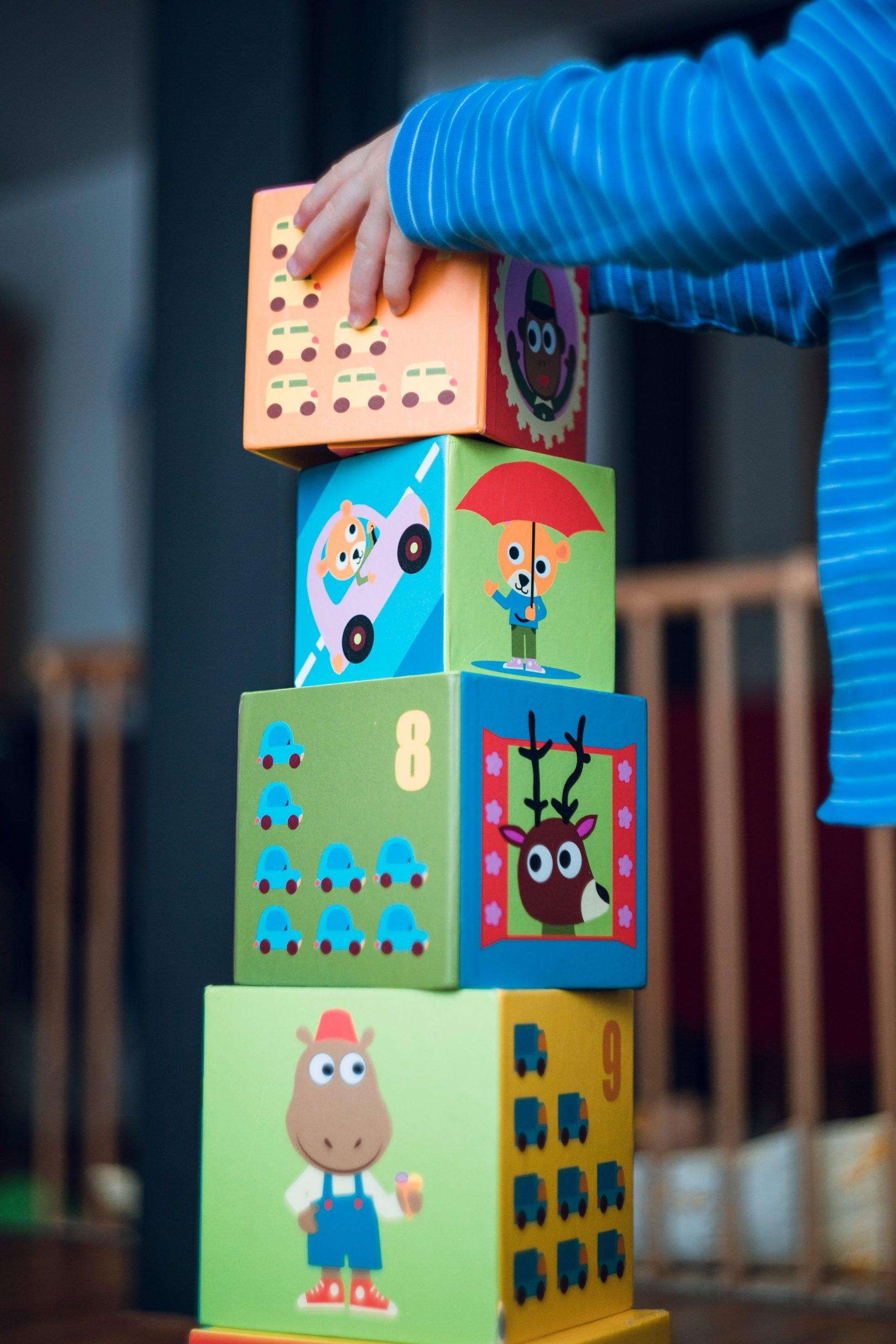 enfant jouant avec des cubes de jeux pédagogiques