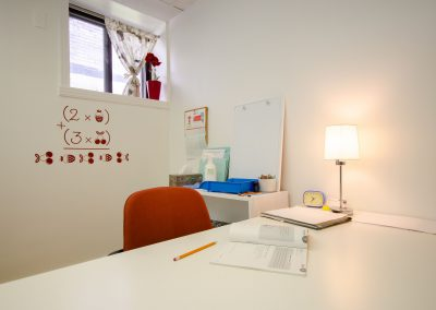Autre bureau avec chaise orange de la Clinique d'orthopédagogie Myriam Gagnon située à Montréal
